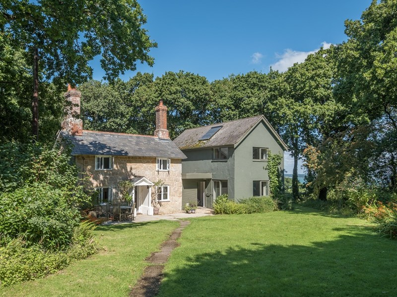 Grade II-listed Woodcote Cottage is on the Hamstead Estate, Yarmouth, once owned by Regency architect John Nash. It blends old and new with a modern extension.