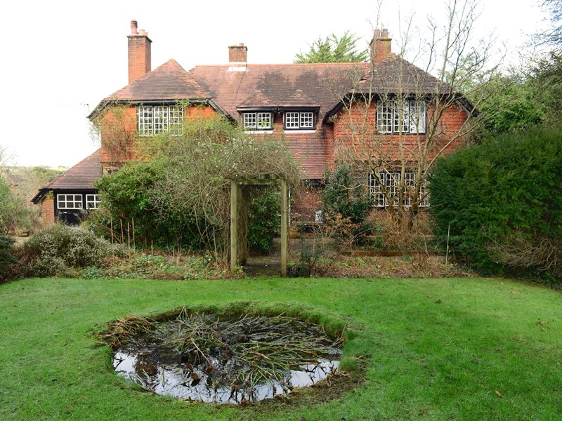 Red Gables, in Fishbourne, is an elegant Sussex farmhouse-style home, which was built in the 1920s.